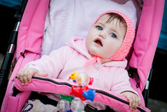 Bebé sorprendido en cochecito Fotos de archivo
