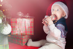 Bebé sorprendido feliz que sostiene la caja de regalo, presente, la Navidad, víspera Foto de archivo libre de regalías