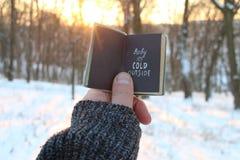 Bebé su exterior frío Libro y texto imagen de archivo