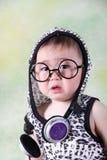 Bebé triste con los vidrios y los auriculares que se sientan y que lloran fotografía de archivo libre de regalías