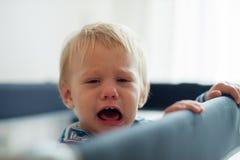 Bebé triste en el pesebre Imagen de archivo libre de regalías