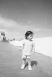 Bebé triste en un pasillo Imagen de archivo libre de regalías