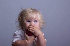 Bebé una manzana roja fotos de archivo