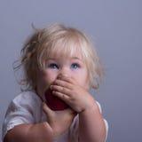 Bebé una manzana roja imagenes de archivo