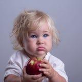 Bebé una manzana roja foto de archivo libre de regalías