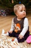 Bebé y árbol de navidad fotos de archivo libres de regalías