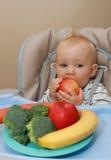 Bebé y alimento sano Imagenes de archivo