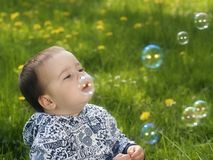Bebé y burbujas Fotos de archivo libres de regalías
