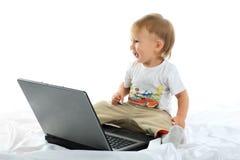 Bebé y computadora portátil Imagen de archivo