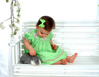 Bebé y conejito en el oscilación imagen de archivo libre de regalías