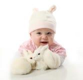 Bebé y conejitos Imagen de archivo libre de regalías
