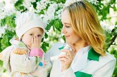 Bebé y doctor con el inhalador Imágenes de archivo libres de regalías