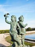 Bebé y estatua de la paloma Fotografía de archivo libre de regalías