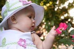 Bebé y flor Fotografía de archivo