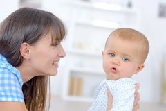 Bebé y la niñera imagenes de archivo