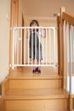Bebé y la puerta de la escalera Fotos de archivo