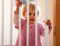 Bebé y la puerta de la escalera Fotos de archivo libres de regalías