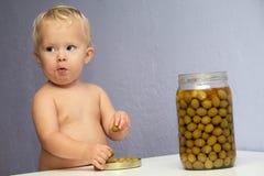 Bebé y las aceitunas Imagen de archivo
