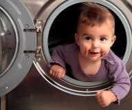 Bebé y lavadora Imagenes de archivo