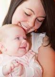 Bebé y madre foto de archivo