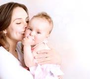 Bebé y madre imagen de archivo