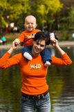 Bebé y madre 4. al aire libre. fotos de archivo