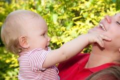 Bebé y madre asombrosos Imagenes de archivo