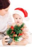 Bebé y madre con los regalos de la Navidad Imagenes de archivo
