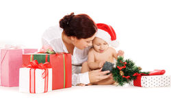 Bebé y madre con los regalos de la Navidad Imágenes de archivo libres de regalías