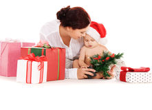 Bebé y madre con los regalos de la Navidad Fotografía de archivo