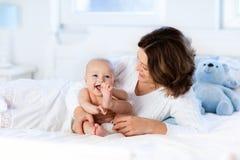 Bebé y madre en el país Mama y niño fotos de archivo