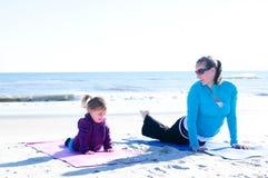 Bebé y madre que hacen yoga Fotos de archivo libres de regalías