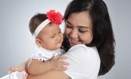 Bebé y mamá del grito Foto de archivo libre de regalías
