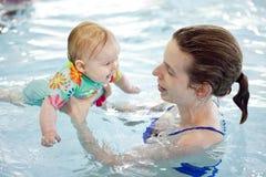 Bebé y mamá en la piscina Fotografía de archivo