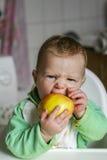 Bebé y manzana Imagen de archivo libre de regalías