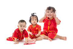 Bebé y muchacha asiáticos lindos en aislante del traje del chino tradicional Imagenes de archivo