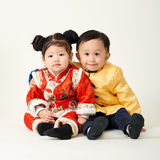 Bebé y muchacha chinos en equipo del Año Nuevo de chino tradicional Imagen de archivo libre de regalías