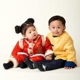 Bebé y muchacha chinos en equipo del Año Nuevo de chino tradicional Fotos de archivo