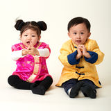Bebé y muchacha chinos en equipo del Año Nuevo de chino tradicional Imagen de archivo