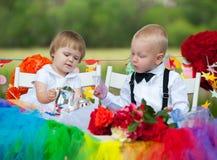 Bebé y muchacho en la tabla festiva Fotografía de archivo