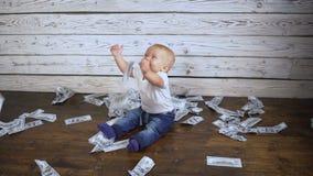 Bebé y mucho dinero en el hd del piso almacen de video