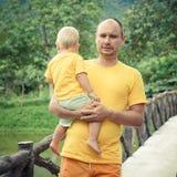 Bebé y padre Fotos de archivo libres de regalías
