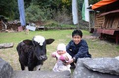 Bebé y padre nepaleses Imagen de archivo libre de regalías