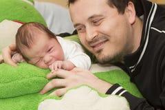 Bebé y padre recién nacidos Imagen de archivo libre de regalías