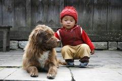 Bebé y perro Fotografía de archivo