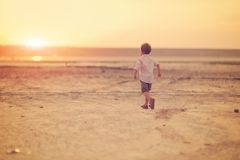 Bebé y puesta del sol Imagenes de archivo