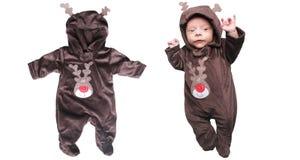 Bebé y reno soñolientos fotos de archivo