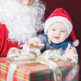 Bebé y Santa Claus felices con el regalo grande, actual caja Fotos de archivo libres de regalías