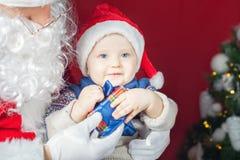 Bebé y Santa Claus felices con el regalo grande, actual caja imágenes de archivo libres de regalías
