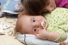 Bebé y su hermana Foto de archivo